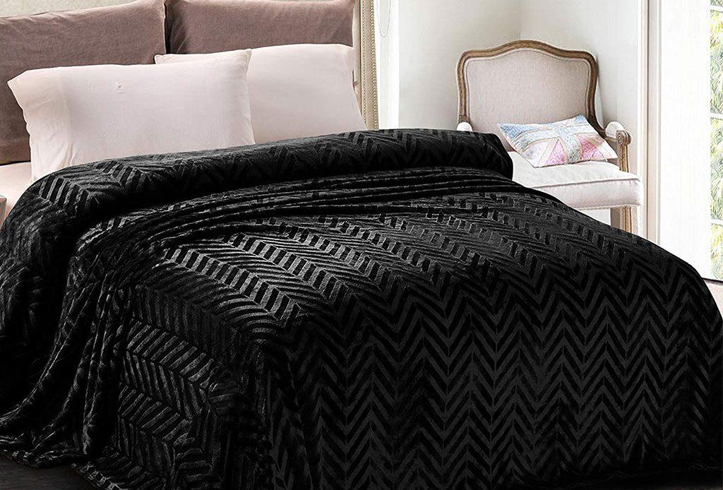 چنانکه برای خرید سرویس خواب ارزان و شیک مصمم هستید شاید بهتر باشد با یک تیر چند نشان بزنید. شما می توانید از تخت خواب های تاشو استفاده نمایید. این سرویس خواب چیزی فراتر از یک تخت خواب ساده و معمولی می باشد. هنگامی که آن را تا می کنید، میتوانید از فضای پشت آن نیز به عناوین مختلف استفاده نمایید.